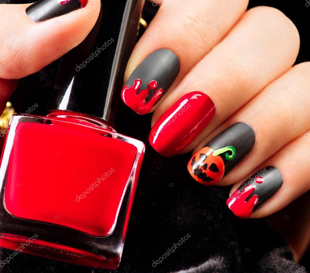 Conception art d\u0027ongle de Halloween. Noir mat vernis à ongles avec des  gouttes de sang et de la citrouille \u2014 Image de Subbotina