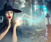 Fotografie Halloween čarodějnice na tmavé hřbitově