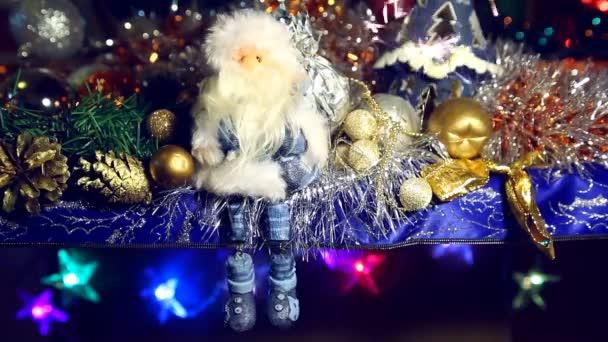 Scintillante di Natale e Babbo Natale, che scuote le gambe sul blu e bianco sfocatura sfondo
