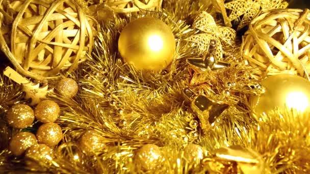 V pozlátko a vánoční koule ze zlata tón padá pole s dárkem.