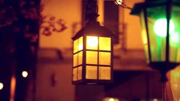 Lítací retro lampa v noci.
