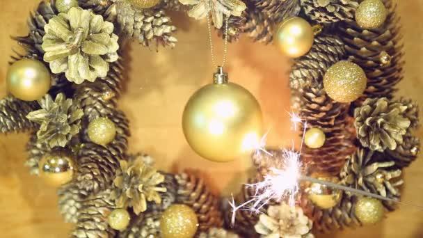 Weihnachtskranz von Kegeln und Kugeln auf der Holzoberfläche