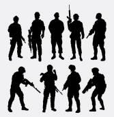 Fotografie Soldat mit Waffe poser Silhouette militärische