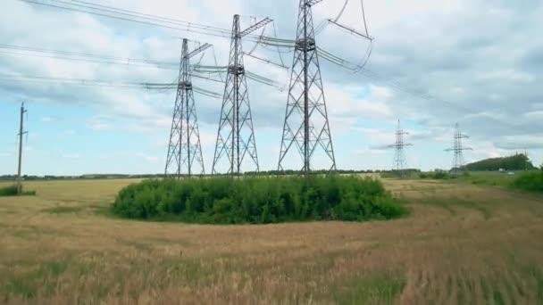 Průzkum vysokonapěťového vedení pomocí kvadrokoptéry. Vysokonapěťová elektrická převodovka Pylon.Napájecí vedení s drátem.Vysokonapěťová elektrická věž s izolátory.