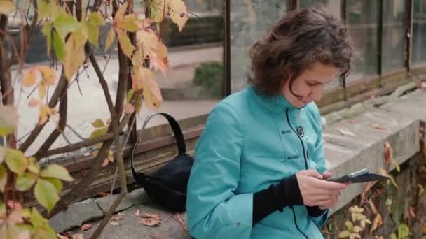 Frau berührt Handy