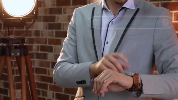 Mann nutzt Smartwatch-Hologramm VPN