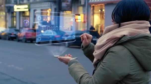 A nő kölcsönhatásba lép a hologrammal