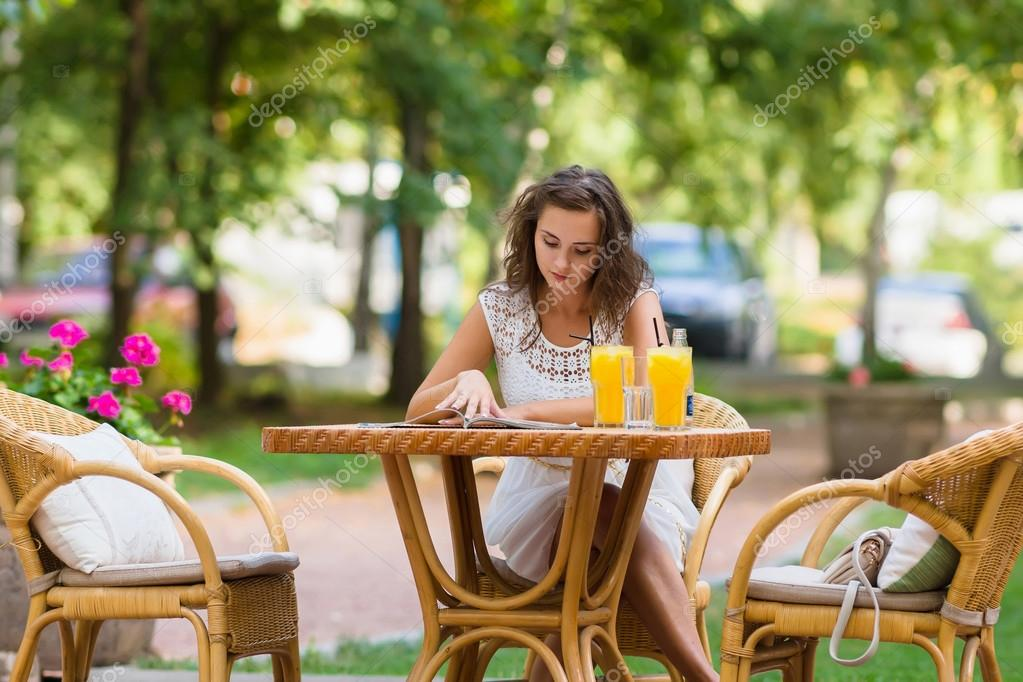 Tavolino Del Bar.Ragazza Di Eleganza Felice Positivo Bello Seduti Al