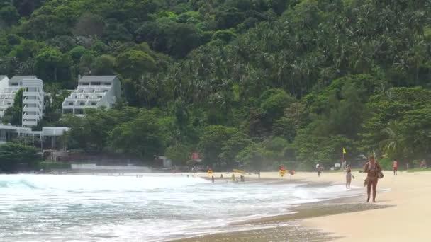 Thajsko, Phuket 25. července2020. Varování před bouří. Plavání je povoleno ve zvláště vymezených oblastech. Nebezpečí zpětného toku
