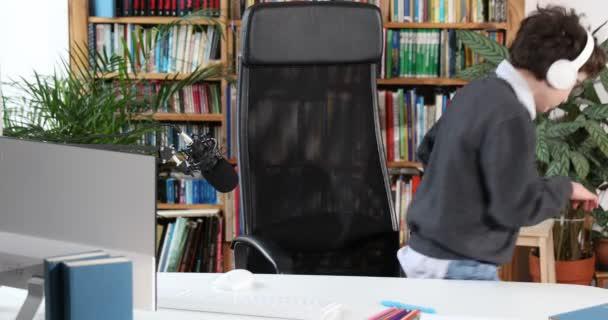 Ein schlauer kleiner Junge nutzt den Computer, um mit seinem Lehrer per Video zu chatten. E-Education Fernstudium, Unterricht zu Hause, covid. Education Learning Online-Konzept, Teenagerschüler tragen Kopfhörer mit Hilfe des Computers online lernen