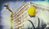 dělník s ochranným jednotné před stavební lešení