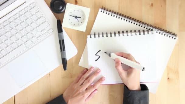 Podnikatelka psaní úspěch na Notebook s plstěnou pera značky úřadu plochy pohled shora