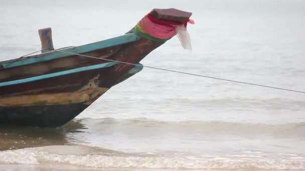 Close Up Moor Boat místní rybář na pláži při nízké příliv čas