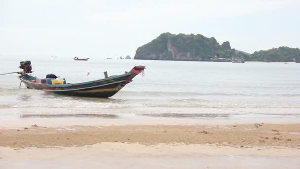 Místní rybář Moor Boat na pláži při nízké příliv čas