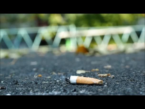 A cigaretta esik a földre
