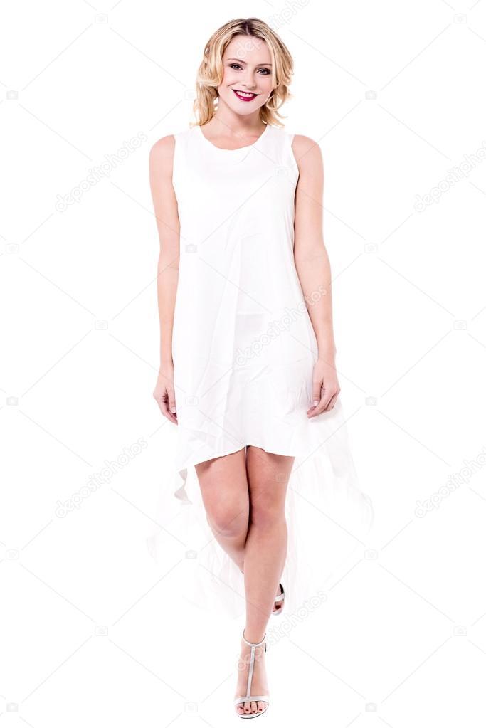 Elegante Frau trägt weißes Kleid — Stockfoto © stockyimages #109929924