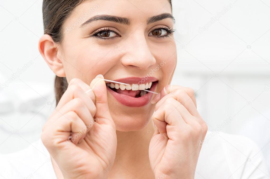 7fa60d830 mulher usando fio dental — Fotografias de Stock © stockyimages  67866149