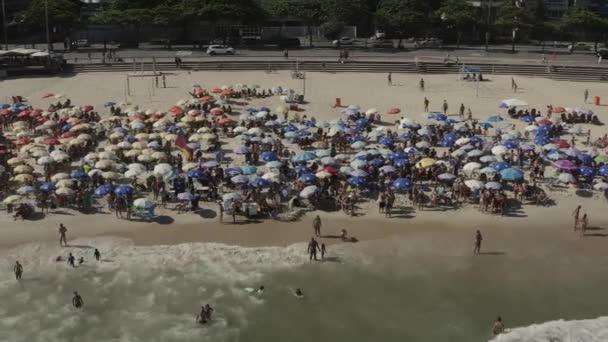 Covid 19 in Brasilien. Brasilianer ignorieren städtisches Dekret und füllen Strände und den Stadtrand und ignorieren den Kampf gegen die Covid-19..