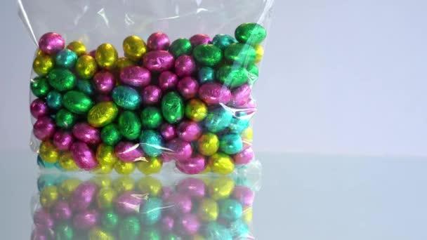 Színes csokis húsvéti tojás. Egy halom színes csoki húsvéti tojás..