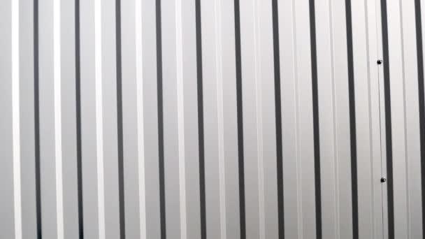 Bílý vlnitý kovový povrch stěny. Galvanizovat ocelové pozadí.