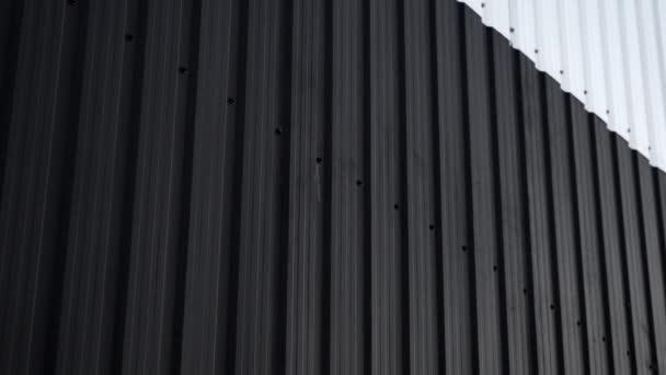 Černobílý povrch stěn z vlnitého plechu. Galvanizovat ocelové pozadí.