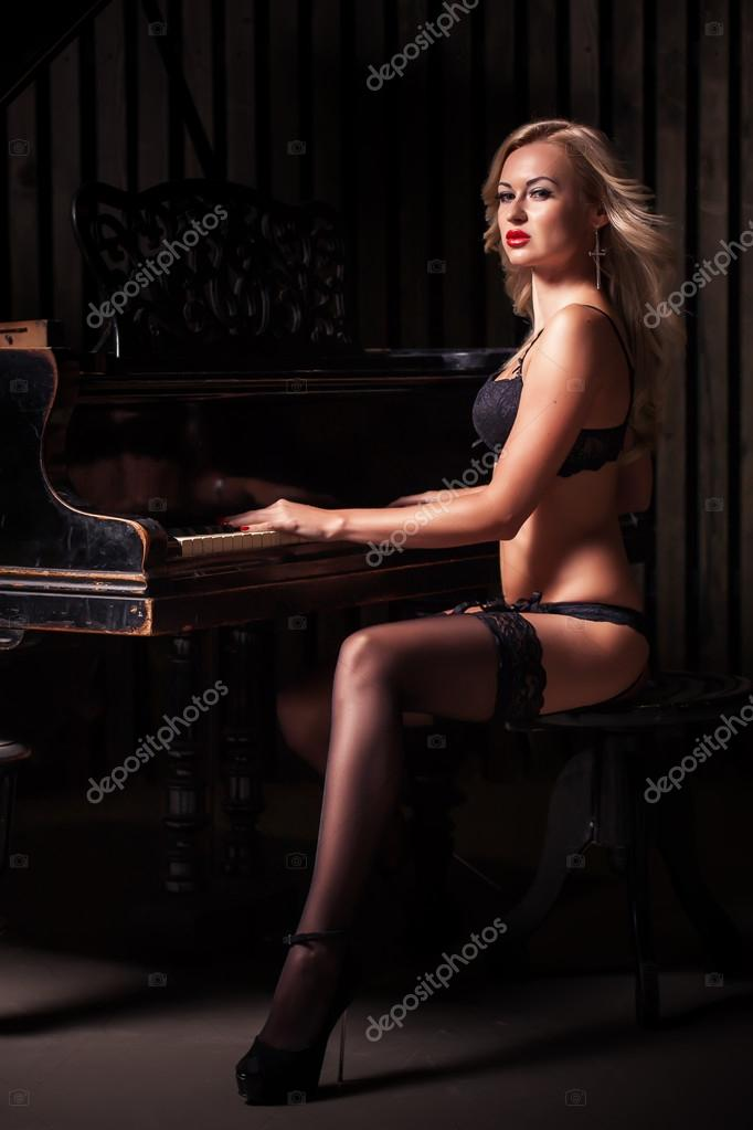 naked blonde women by piano
