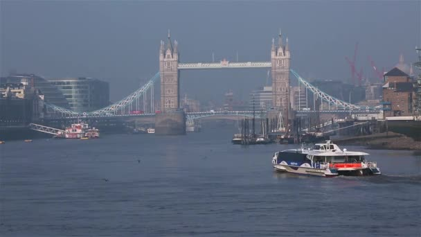 London Tower Bridge a Řeka Temže
