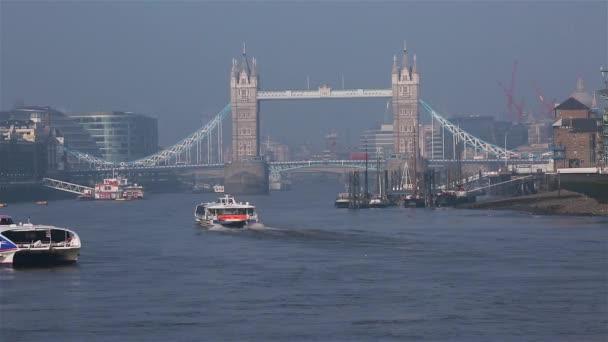 Město plavby prohlídka lodi, Tower Bridge v daleko za sebou
