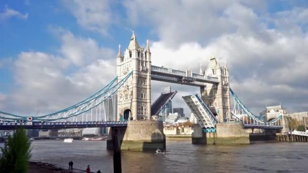 Tower Bridge výtah, den