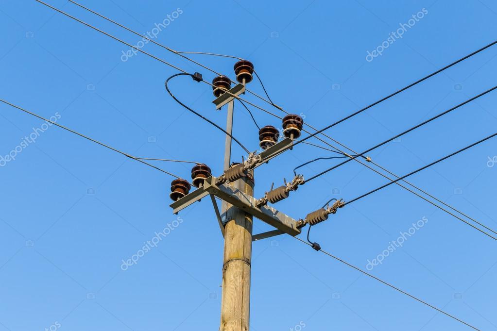 alte hölzerne macht Übertragung Pole mit Drähten — Stockfoto ...