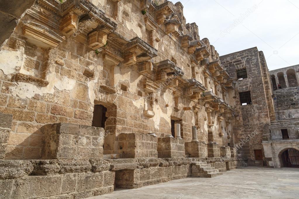 Aspendos Antik Kenti Tarihi : Antik aspendos kenti tiyatrosu ve su kemerleri antalya