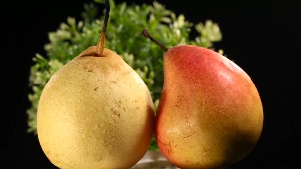 Vörös bogyós gyümölcsök, csepp vízzel fekete alapon sárga körte közelről