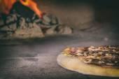 Fotografia pizza fresca italiana