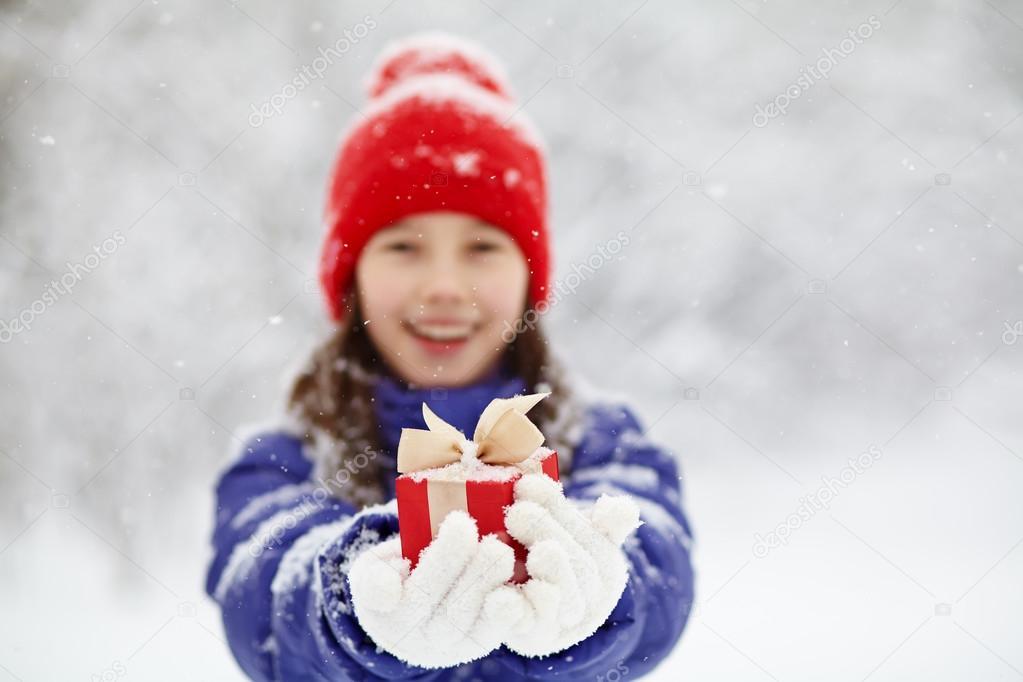 Teenager-Mädchen mit einem Geschenk in ihren Händen — Stockfoto ...
