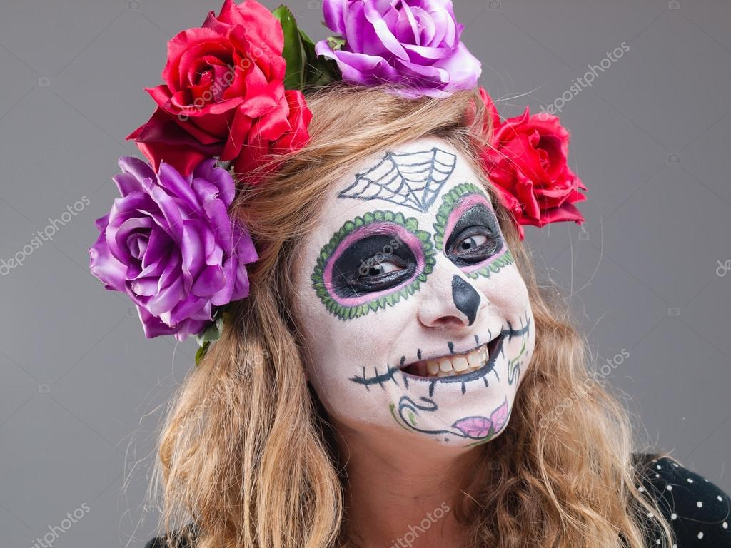 a0f071461 Halloween čarodějnice. Krásná žena nosí santa muerte maska vykreslit boj–  stock obrázky