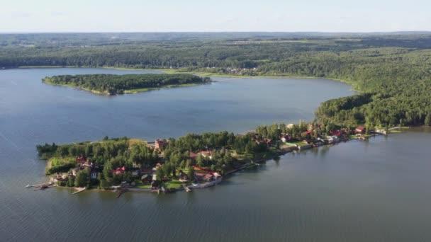 Kis sziget vidéki házakkal csendes helyen