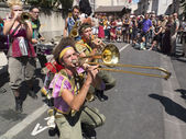 Brass band játszik az utcán