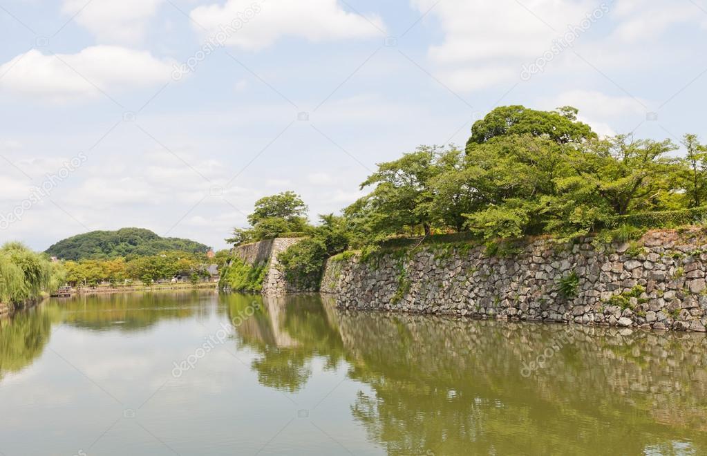 日本の姫路城の濠と石の壁。ユネ...