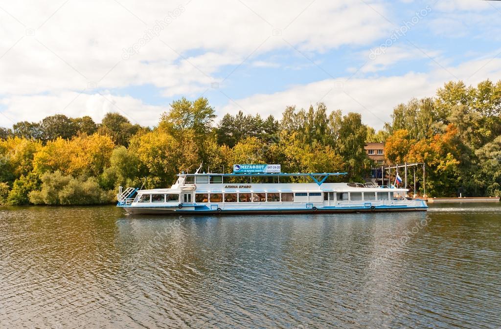 Alina bravo bateau sur la rivière Moskova à Moscou — Photo