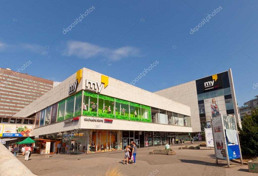 8cc8a21215dd A bevásárlóközpont, Pozsony, Szlovákia– Editorial Stock Fényképészet