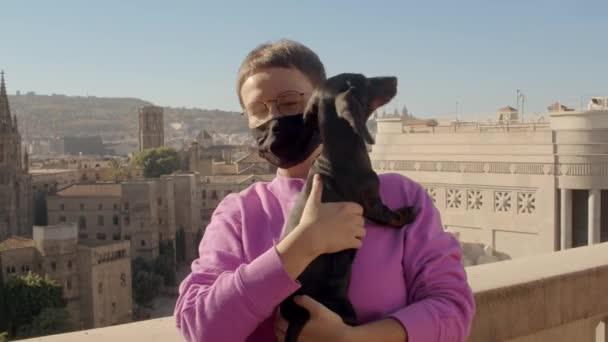 Holčičí covid-19 maska se psem. Pancéřované video. 4k kvalitní záběry.