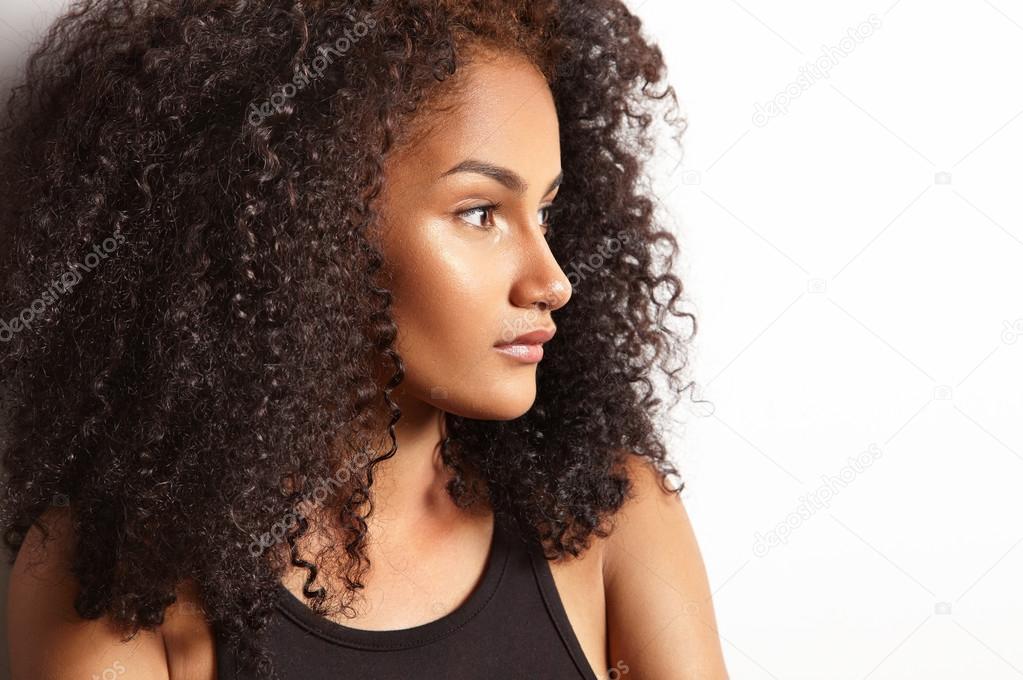 mujer latina con el pelo rizado u foto de stock