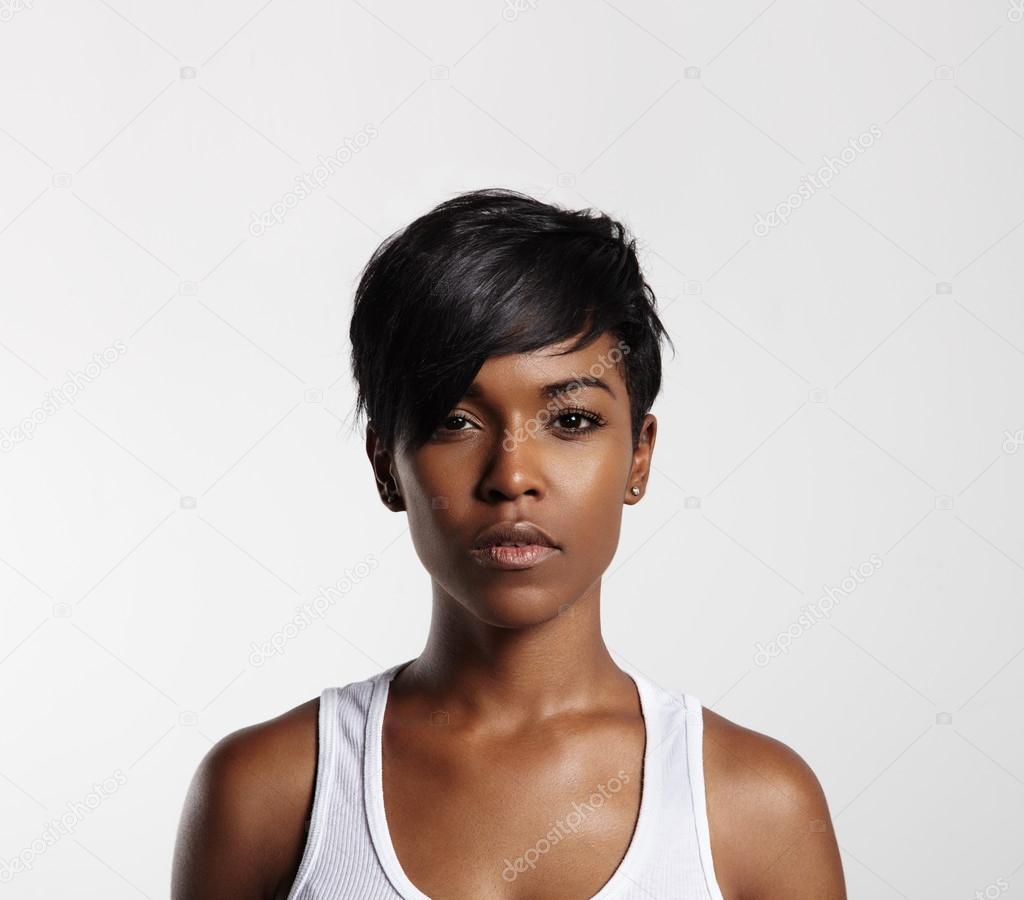 9da43fa8c80331 Zwarte vrouw met kort haar — Stockfoto © kazzakova  58938983