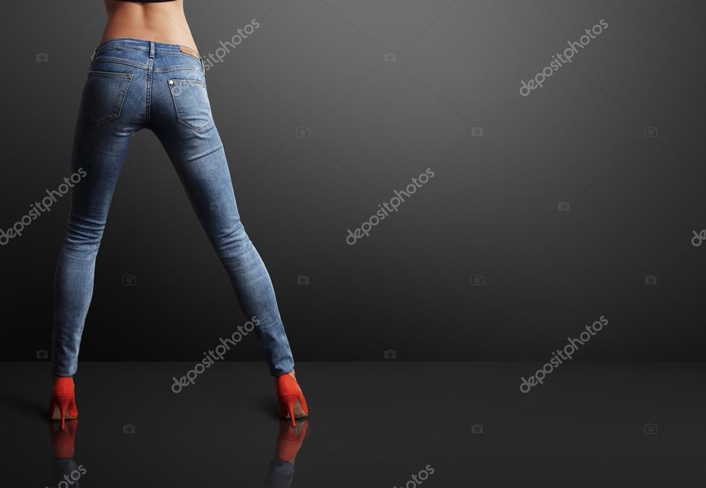 Áˆ Mujeres Con Pantalon De Mezclilla Imagenes De Stock Fotos Pantalones De Mezclilla Descargar En Depositphotos