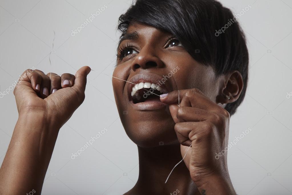6e291e6e2 Mulher de limpeza dos dentes com fio dental — Fotografias de Stock ...