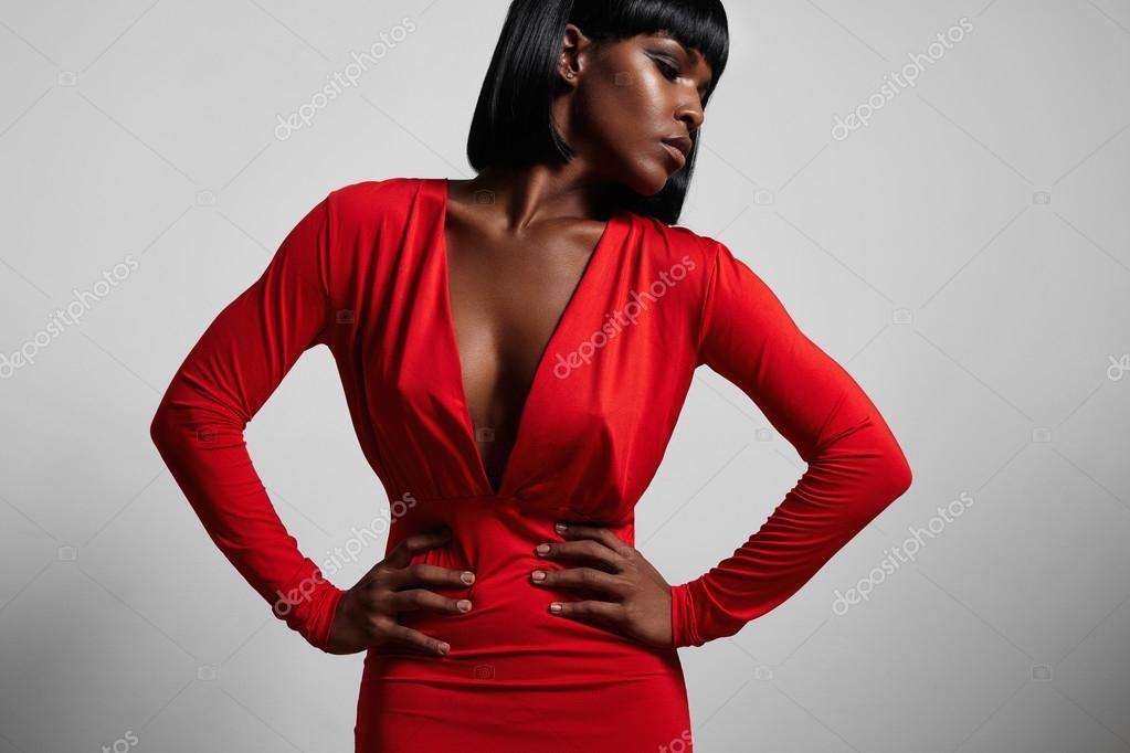 La femme en robe rouge