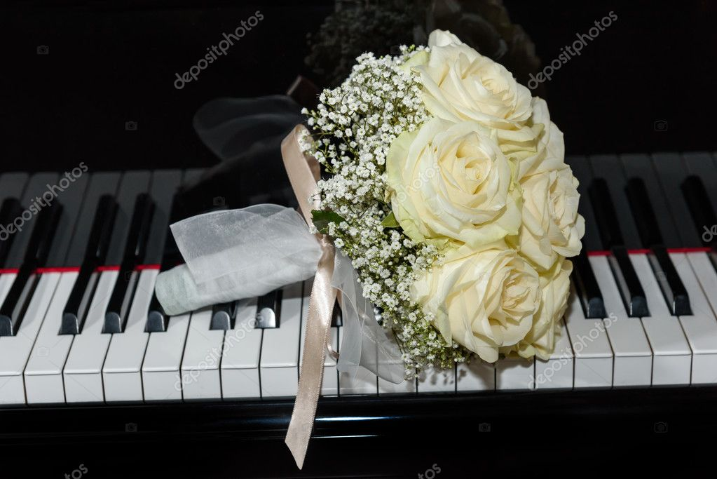 roses bouquet on  piano keyboard