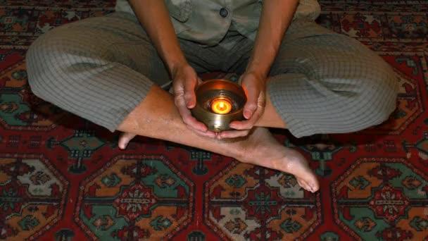hodně peněz se objeví, zatímco žena je v meditaci