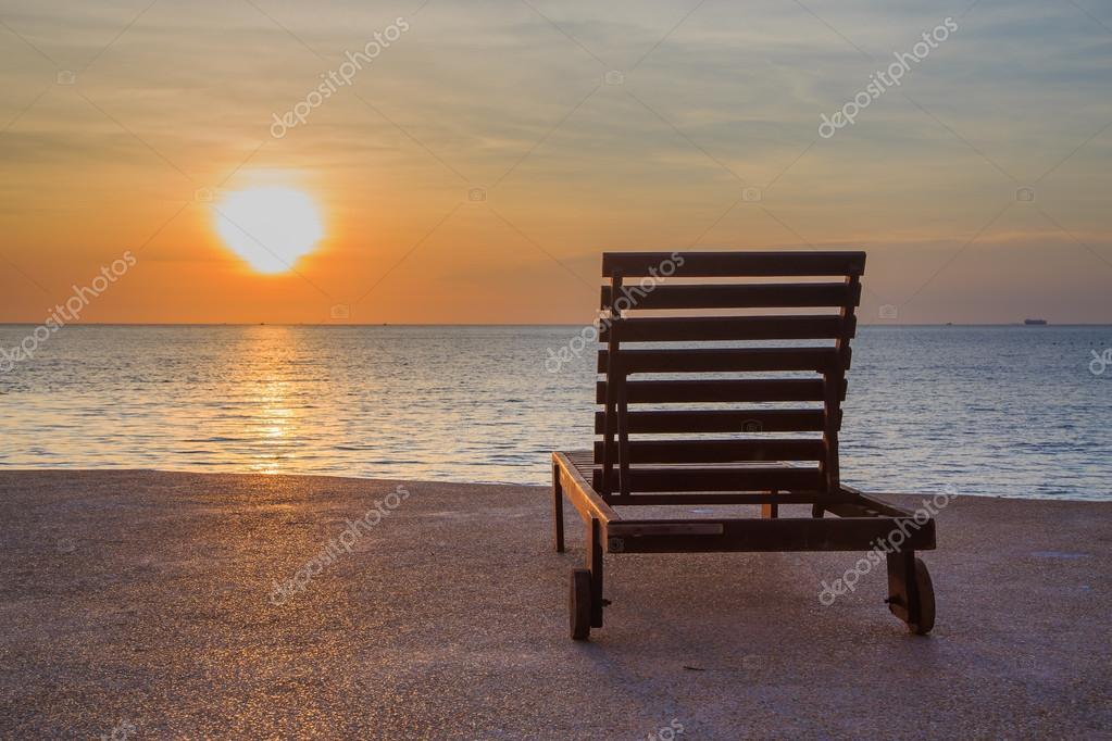 Strandkorb sonnenuntergang  Strandkorb am Strand bei Sonnenuntergang — Stockfoto © sek_suwa ...