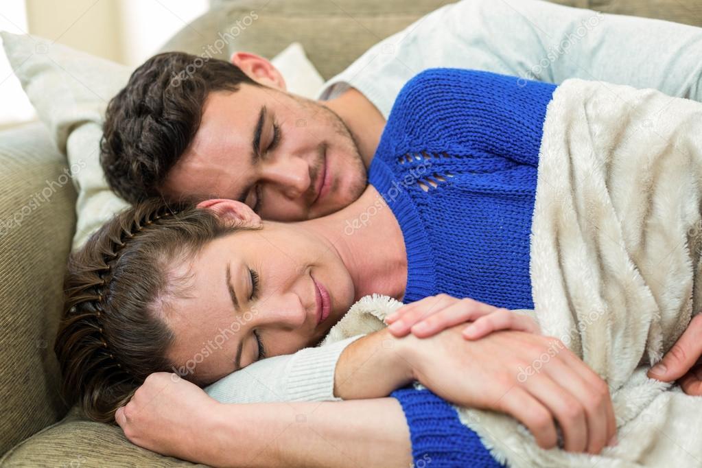 Junges paar auf sofa kuscheln stockfoto 100461880 for Sofa kuscheln